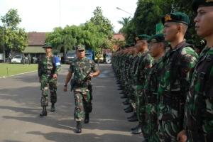 Pangdam III/Slw selaku Irup sedang memeriksa pasukan upacara