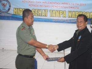 Kasrem 064/MY sedang menerima buku penjelasan tentang narkoba dari BNP Banten