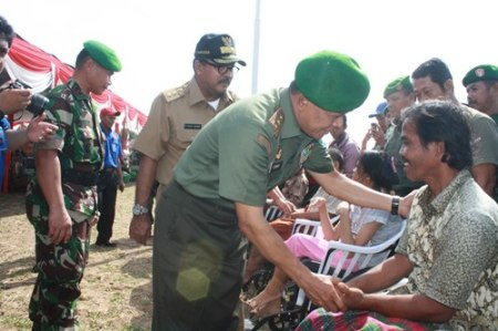 Pangdam III/Slw sedang memberikan ucapan selamat kepada penerima kursi roda pada upacara pembukaan TMMD ke 90 di Serang Banten
